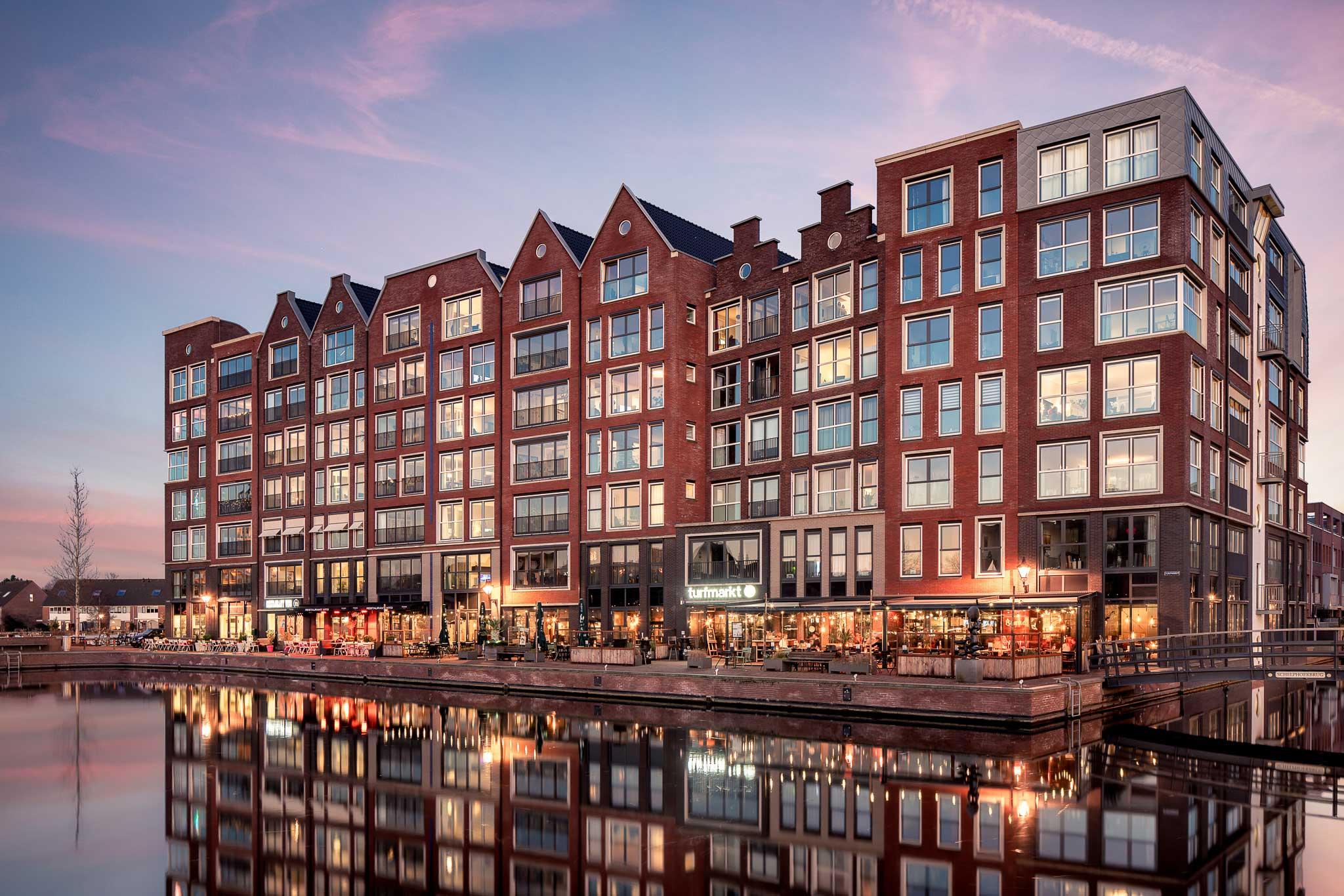Turfmarkt Alkmaar gefotografeerd met een roze blauwe lucht en reflectie in het water